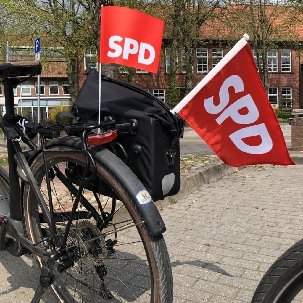 Rote Fahnen vor dem Rathaus